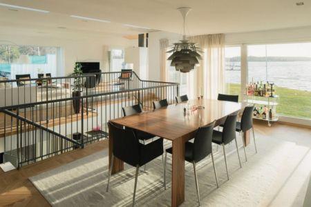 salle à manger sur mezzanine - Maison contemporaine scandinave par Boris Culjat - Suède.jpg