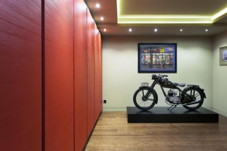 salle d'art, moto collection - Reviving Mies par Architéma - Buda Hills, Hongrie
