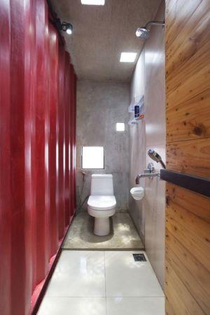 salle de bains - Container-Urban par Atelier Riri - Bekasi, Indonesie