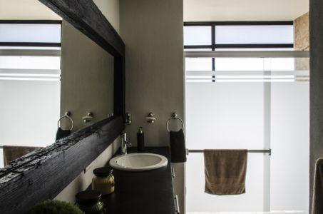 salle de bains - La Tomatina House par Plastik Arquitectos - Aguascalientes, Mexique