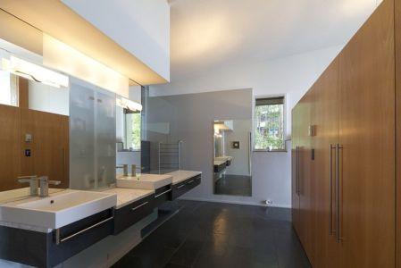 salle de bains - Ridge House par Marko Simcic et Brian Broster - Pender Island, Canada