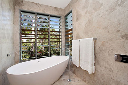 salle de bains - Treetops Residence par Artas Architects & D Pearce Constructions - Toowong, Australie