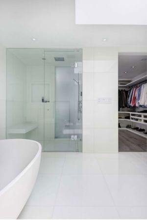 salle de bains & armoire vêtements - Berryman-Street-Residence par AUDAX architecture - Ontario, Canada