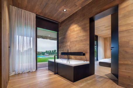 salle de bains chambre principale - house-360-degree par I-O architects - Bulgarie