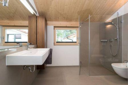 R sidence contemporaine en bois aux larges espaces et for Salle de bain allemagne