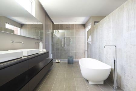 salle de bains douche et baignoire - Riverview House  Studio Dwell Architects -  Wayne, Usa