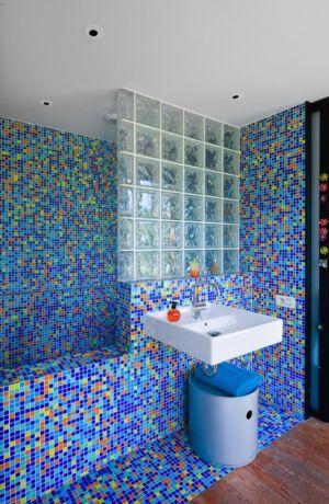 salle de bains en mosaïque - Villa Nalu par Pascal Goujon - Alpes-Maritimes, France