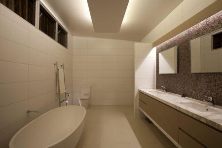 salle de bains et baignoire - Coolum Bays House par Aboda Design Group - Coolum Beach, Australie - photo Paul Smith