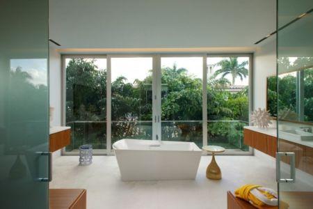 salle de bains et baignoire - Mimo house par Kobi Karp architecture - Miami Beach, Usa