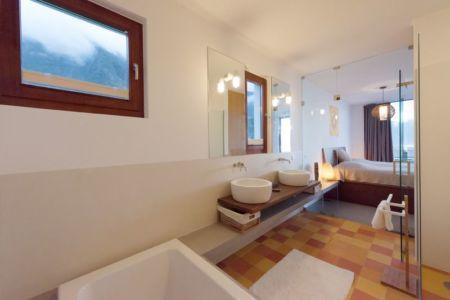 salle de bains et chambre - Casa do Miradouro par Dirck Mayer - Ponta Delgada, Madère, Portugal