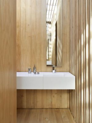 salle de bains et décor en lambris bois - inout-house par Joan Puigcorbé - Santa Ana, Costa Rica