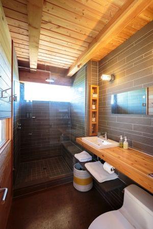 salle de bains et douche - Cottage Country par Core Architects - Baie géorgienne, Canada