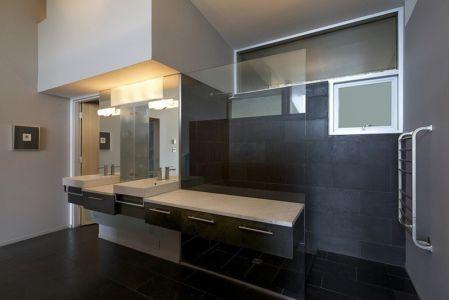 salle de bains et douche - Ridge House par Marko Simcic et Brian Broster - Pender Island, Canada