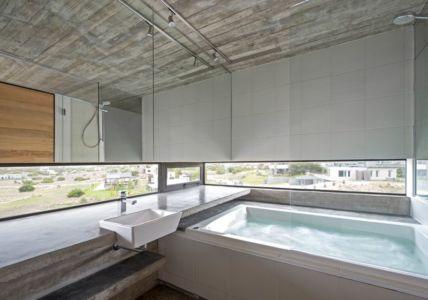 salle de bains & baignoire-jacuzzi - House-three-forms par Luciano Kruk - Buenos Aires, Argentine
