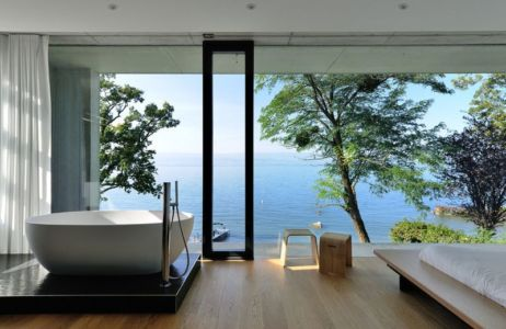 salle de bains - maison-bord-lac par Pierre Minassian - Haute-Savoie, France