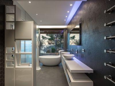 salle de bains - maison exclusive par Dosarquitectes - Girona, Espagne