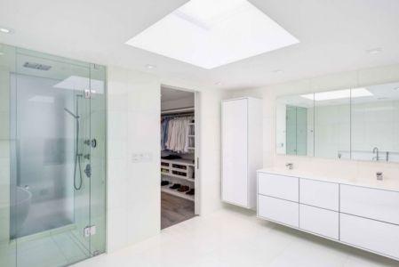 salle de bains porte vitrée - Berryman-Street-Residence par AUDAX architecture - Ontario, Canada