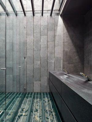 salle de bains & sol cours d'eau - casa-altamira par Joan Puigcorbé - Ciudadd Colon, Costa Rica