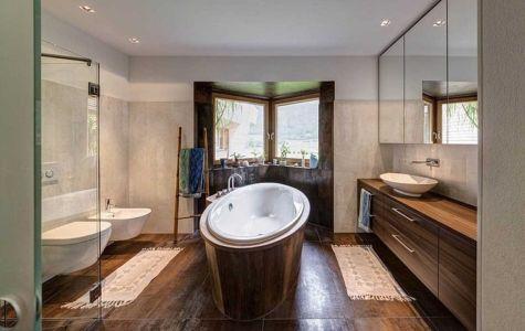 salle de bains tout bois - Brunner House par Norbert Dalsass - Italie