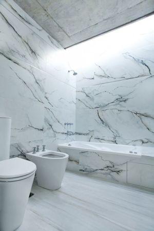 salle de bains tout en marbre - Casa Pedro par VDV ARQ - Buenos Aires, Argentine