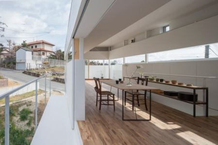 salle séjour et balcon - House-Toyonaka par Tato Architects - Toyonaka, Japon