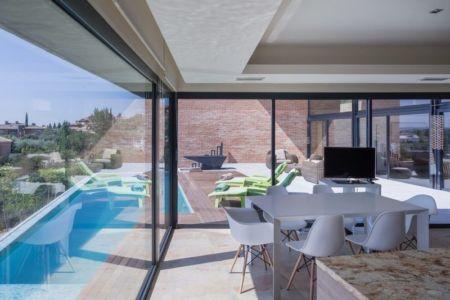 salle séjour & grande baie vitrée House-Molino par Mariano Molina Iniesta, Espagne