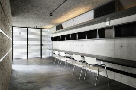 salle séjour - maison-urbaine par Artechnic - Japon
