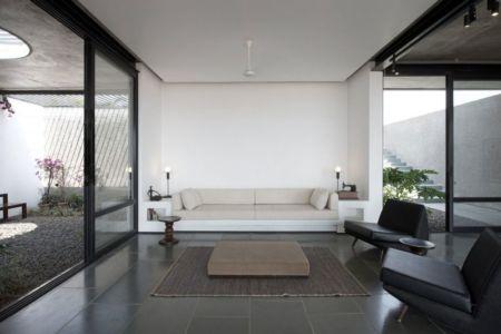 salon - Deolali House par Spam Design Architects - Deolali, Inde