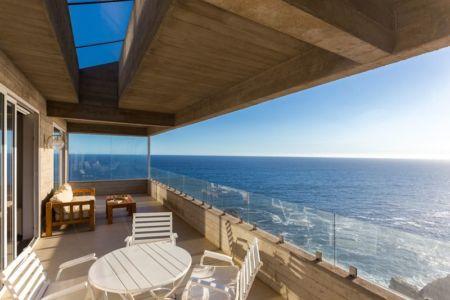 salon balcon étage - Mirador House par Gubbins Arquitectos - Tunquen, Chili