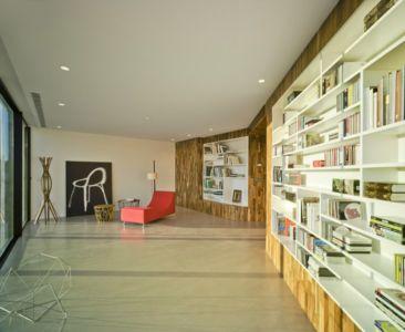 salon bibliothèque - Crossed House par Clavel Arquitectos - La Alcayna, Espagne