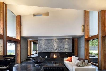 salon cheminée - Ridge House par Marko Simcic et Brian Broster - Pender Island, Canada