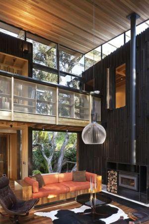 salon & cheminée bois - Under Pohutukawa par Herbst Architects - Piha, Nouvelle-Zélande