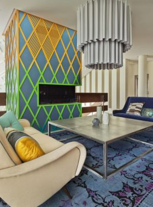 maison en bois contemporaine avec une vaste piscine. Black Bedroom Furniture Sets. Home Design Ideas