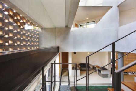salon & escalier accès étage - Breathing House par Atelier Riri - Kota Tangerang Selatan, Indonésie