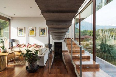 salon & escalier accès étage - Corredor House par Chauriye Stäger Architects - Santiago, Chili