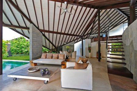 salon & escalier bois accès étage - Villas-Spa par Layar Designer - Bali, Indonesie