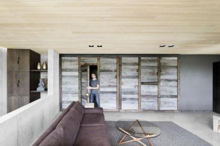 salon & cloison bois coulissante - La-Heronniere par Alain Carle Architecte - Québec, Canada