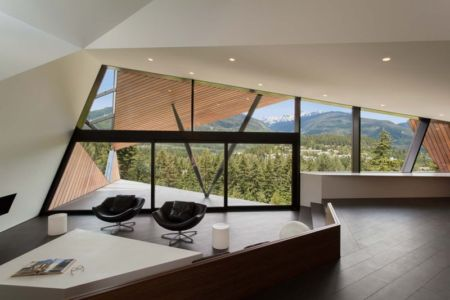 salon et baie vitrée - Hadaway house par Patkau architects - Whistler valley, Canada