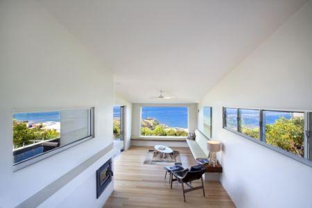 salon et cheminée - Coolum Bays House par Aboda Design Group - Coolum Beach, Australie - photo Paul Smith