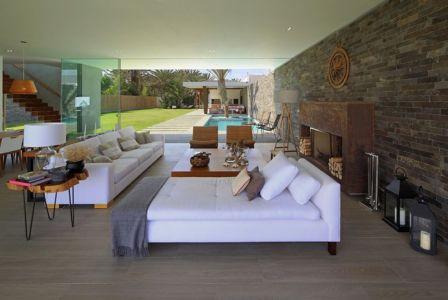 salon et cheminée - Maison Mar-de-Luz par Oscar Gonzalez Moix - Pérou
