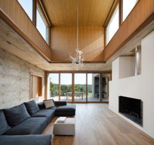 salon et cheminée - Maison Terrier par Bernard Quirot architecte + associés - Haute-Saône, France