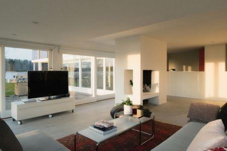 salon et cheminée - Maison contemporaine scandinave par Boris Culjat - Suède.jpg