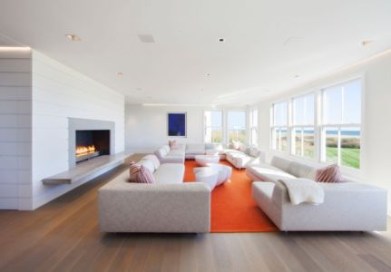 salon et cheminée - Squam Residence par J. Brown Builders - Nantucket Island, Usa - photo Jeffrey Allen