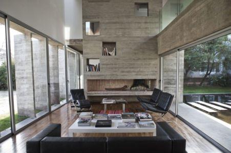 salon et cheminée - Torcuato House par BAK arquitectos - Buenos Aires Province, Argentine