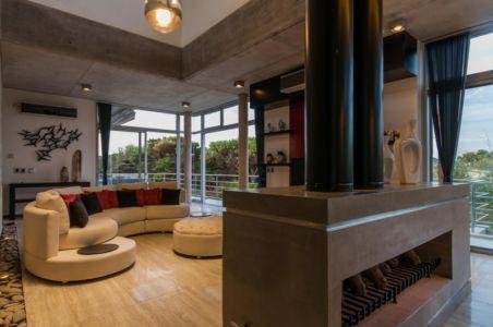 salon et cheminée - Wanka House par Estudio Arquitectura Galera - Cariló, Argentine