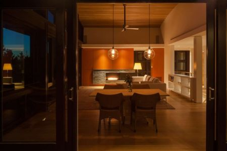 salon et cheminée de nuit - House of Shifting Sands par Ruhl Walker Architects - Wellfleet, Usa