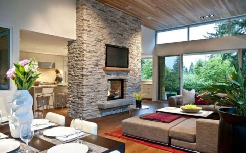 salon et cheminée pierre - Forest House par Garret Cord Werner - Vancouver, Canada