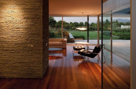 salon et mur en pierres - Kübler House par 57STUDIO - Stgo, Chili