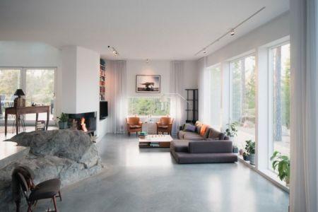 salon et pierre centrale - maison bois contemporaine par Gabriel Minguez - Ingarö, Suède