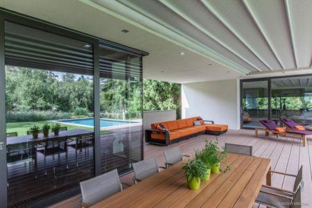 salon et séjour sur terrasse - Reviving Mies par Architéma - Buda Hills, Hongrie